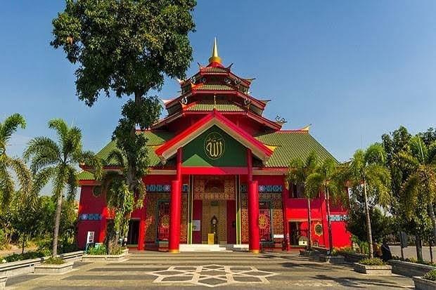 https: img.okezone.com content 2021 02 18 408 2364240 deretan-masjid-objek-wisata-religi-di-surabaya-NkaqU6LQl8.jpg