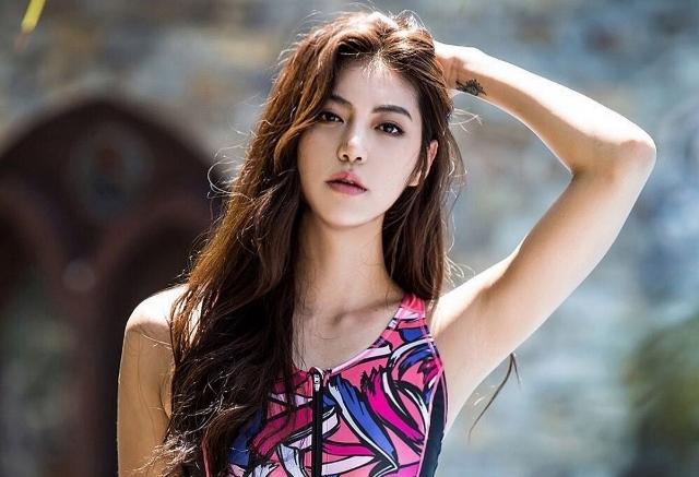 https: img.okezone.com content 2021 02 18 43 2364318 5-pose-menggemaskan-jeong-da-rae-si-perenang-tercantik-di-dunia-S9cjvb5x2P.jpg