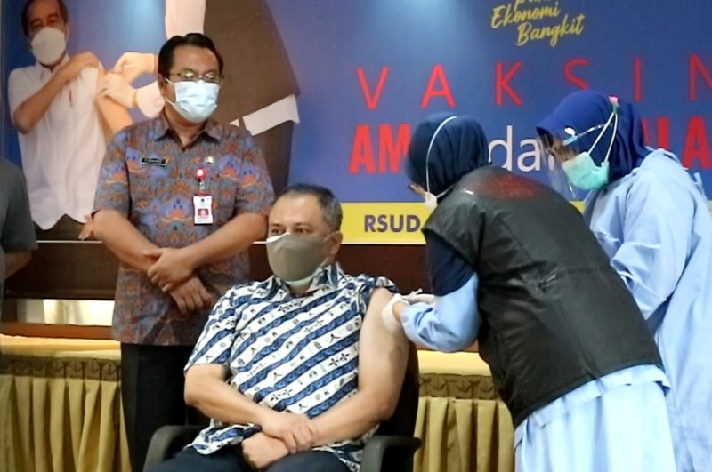 https: img.okezone.com content 2021 02 18 519 2364221 123-143-lansia-di-malang-tunggu-giliran-vaksin-covid-19-79iQbXj1ph.jpg