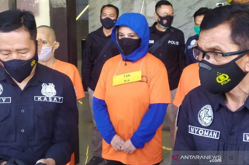 https: img.okezone.com content 2021 02 18 525 2364320 mantan-istri-personel-band-the-titans-ditangkap-saat-pesta-sabu-MU2iVh6ArV.jpg