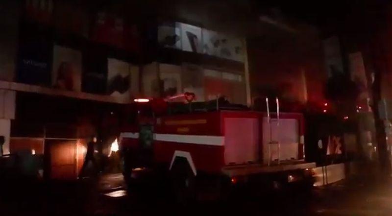 https: img.okezone.com content 2021 02 18 525 2364528 terjebak-dalam-kebakaran-2-sekuriti-di-bec-bandung-dievakuasi-bLC2Hj4eJK.jpg