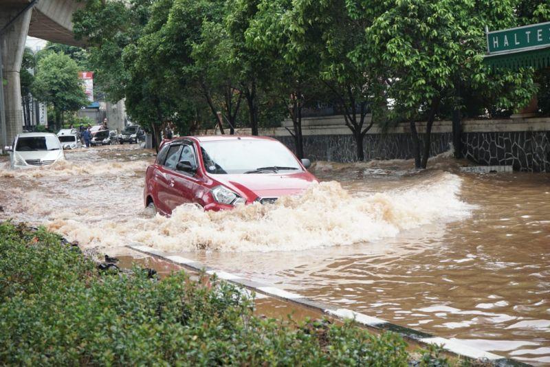 https: img.okezone.com content 2021 02 18 87 2364315 tips-aman-berkendara-di-jalur-banjir-2vkdtp36Sc.jpg