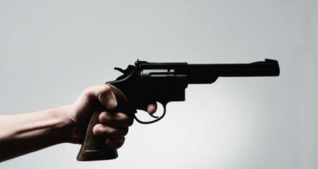 https: img.okezone.com content 2021 02 19 18 2364675 tak-sengaja-temukan-pistol-di-tas-anak-anak-tembak-ibunya-hingga-tewas-9qXFEv041X.jpg