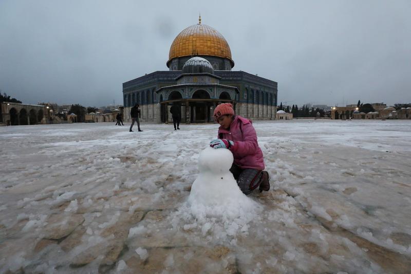 https: img.okezone.com content 2021 02 19 18 2364688 peristiwa-langka-salju-selimuti-tempat-suci-umat-muslim-dan-kristen-di-yerusalem-uiK9TgJd6c.jpg