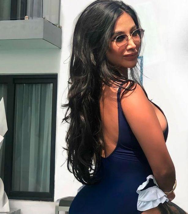 https: img.okezone.com content 2021 02 19 18 2364823 wanita-ini-hasilkan-rp1-4-m-per-tahun-tapi-dibenci-karena-terlalu-berpakaian-seksi-6gX5P6nIwK.jpg
