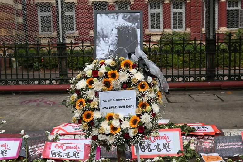 https: img.okezone.com content 2021 02 19 18 2364951 ditembak-peluru-tajam-di-kepala-demonstran-di-myanmar-meninggal-Enjsy8CVD2.jpg
