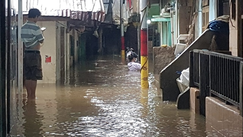 https: img.okezone.com content 2021 02 19 338 2364674 permukiman-di-kebon-pala-jaktim-terendam-banjir-ketinggian-air-125-cm-WBfAJe5V1R.jpg
