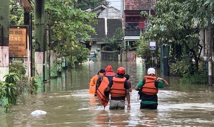 https: img.okezone.com content 2021 02 19 338 2364844 terendam-banjir-1-2-meter-warga-pondok-hijau-bekasi-memilih-bertahan-2RU7D1hy3B.jpg