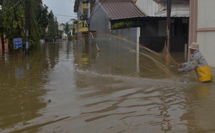 https: img.okezone.com content 2021 02 19 338 2364872 warga-bekasi-asyik-menjala-ikan-di-tengah-kepungan-banjir-aHu45bAWCc.jpg