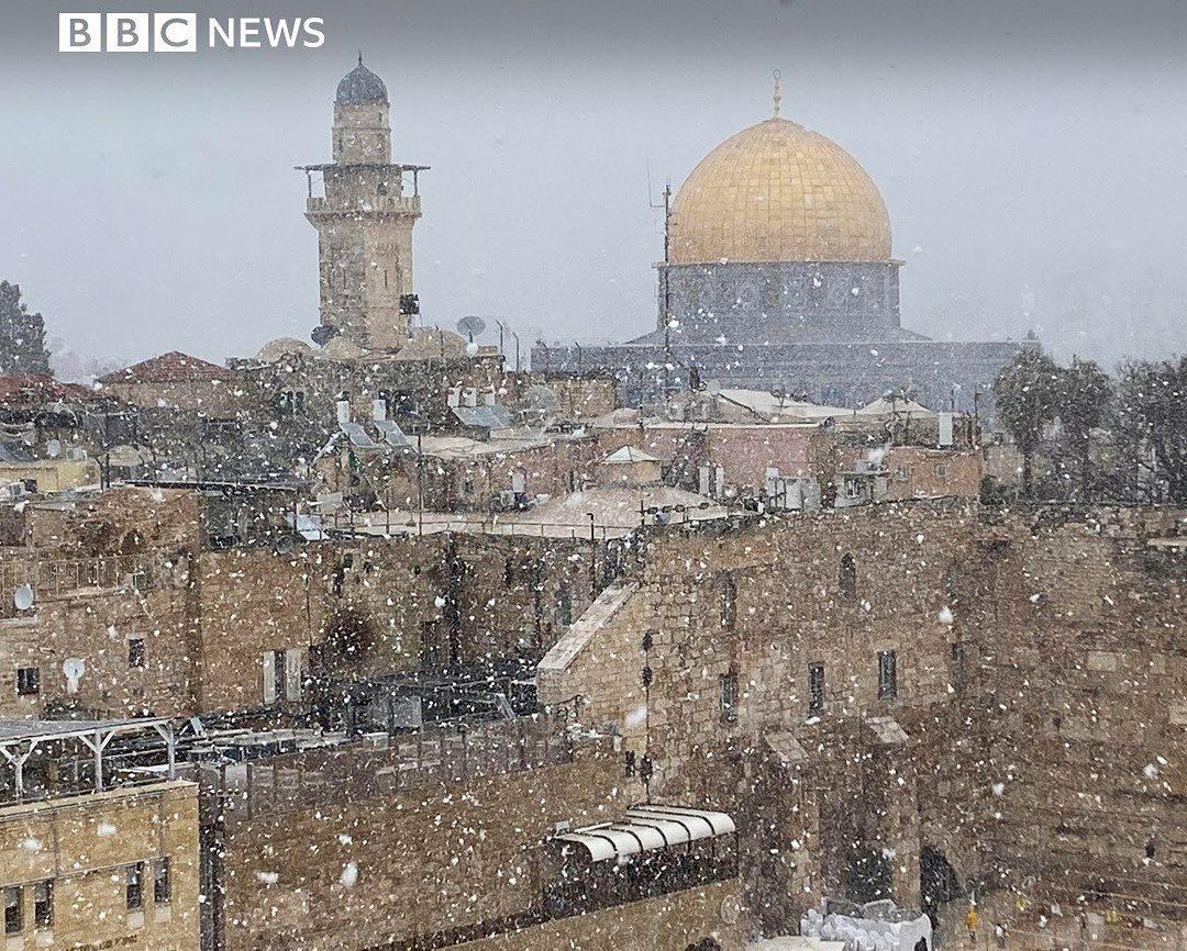 https: img.okezone.com content 2021 02 19 406 2364866 masjidil-aqsa-dan-tembok-ratapan-diselimuti-salju-warga-israel-palestina-bahagia-yiteGLwcoH.jpg