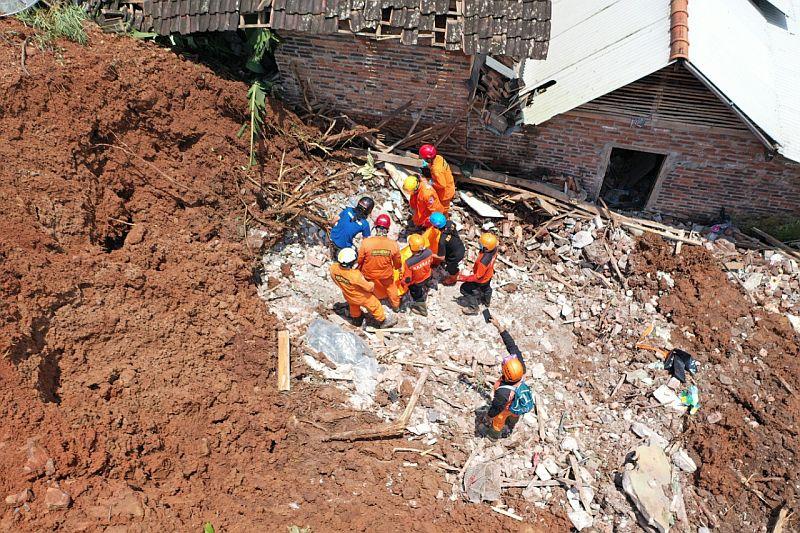 https: img.okezone.com content 2021 02 19 519 2364707 longsor-nganjuk-18-korban-meninggal-ditemukan-dan-1-orang-masih-hilang-UFTdBHRQnT.jpg
