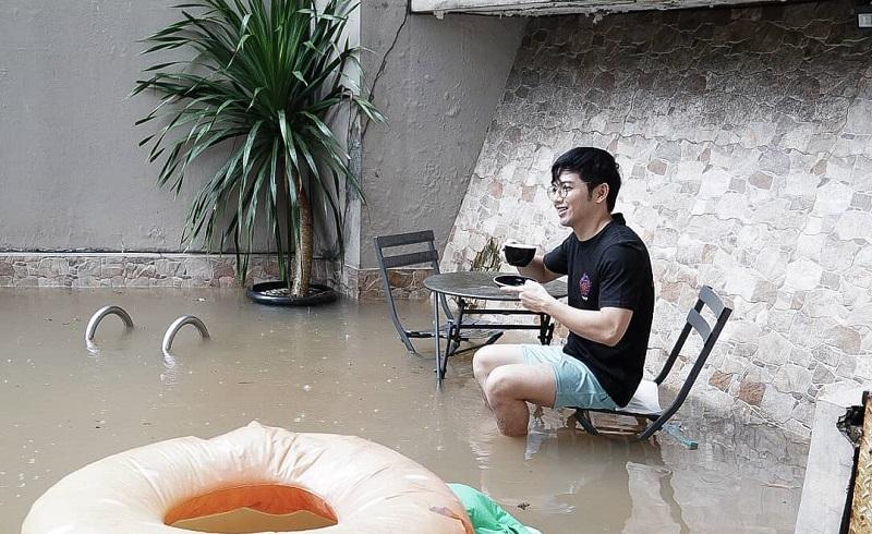 https: img.okezone.com content 2021 02 20 33 2365373 rumah-terendam-banjir-nicky-tirta-nikmatin-saja-sambil-ngopi-6zqNntKjOQ.jpg