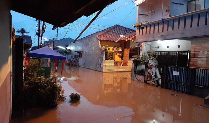 https: img.okezone.com content 2021 02 20 330 2365292 jangan-mencela-dan-menyalahkan-hujan-hingga-berakibat-banjir-AThEVBDplk.jpg