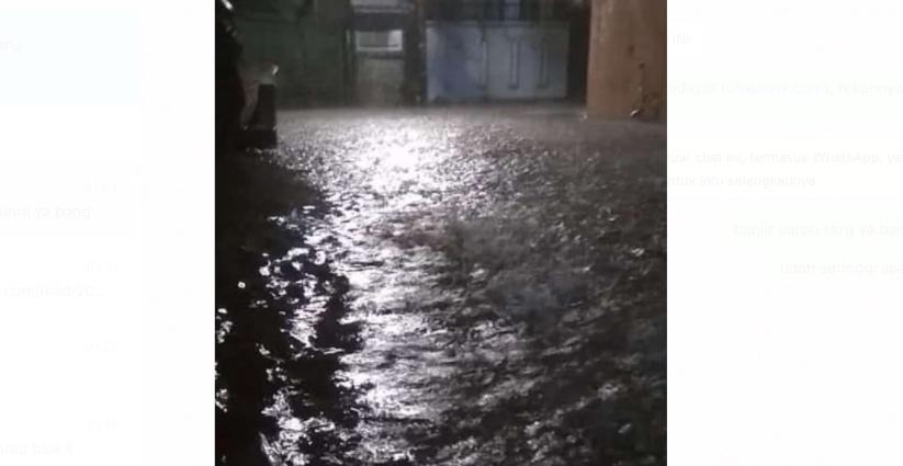 https: img.okezone.com content 2021 02 20 338 2365196 banjir-di-kebayoran-baru-tinggi-air-kini-mencapai-1-5-meter-1LZiIhyZ7A.jpg