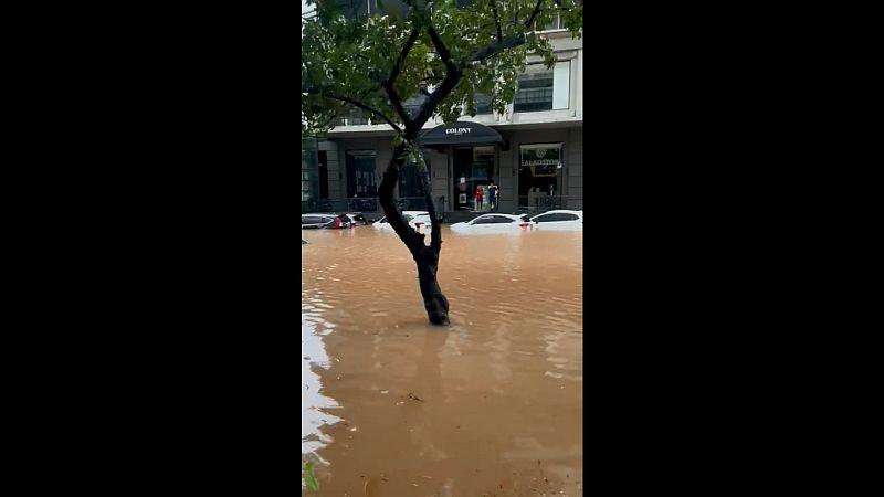 https: img.okezone.com content 2021 02 20 338 2365271 foto-foto-banjir-di-kemang-jaksel-sejumlah-mobil-tenggelam-SmrWYNn6rS.jpg