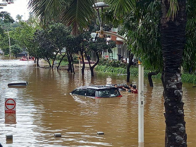 https: img.okezone.com content 2021 02 20 338 2365386 sejumlah-mobil-mewah-terendam-banjir-di-kemang-jakarta-selatan-jRfLBKzK9E.jpg