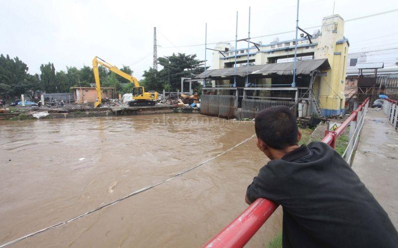 https: img.okezone.com content 2021 02 20 338 2365493 sore-hari-pintu-air-hulu-jakarta-masih-rawan-banjir-AdB8tC5XPI.jpg