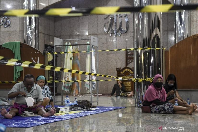 https: img.okezone.com content 2021 02 20 338 2365561 1-222-orang-mengungsi-akibat-banjir-jakarta-ZKHwj3eaPr.jpg
