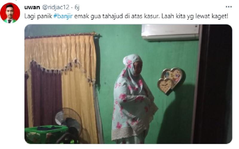 Rumahnya Kebanjiran, Ibu Ini Sholat Tahajud di Atas Kasur