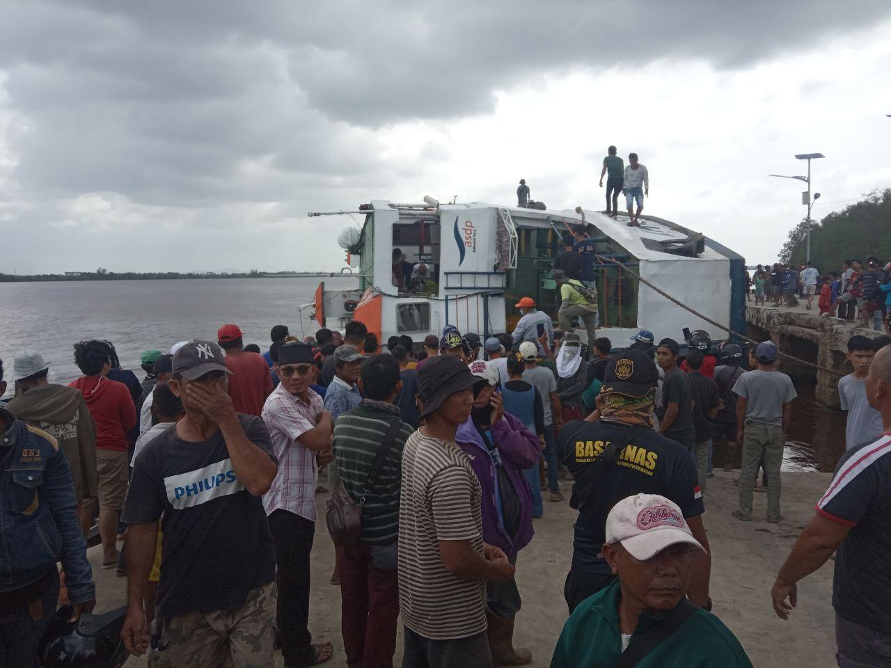 https: img.okezone.com content 2021 02 20 340 2365485 kapal-ferry-terbalik-dan-tenggelam-evakuasi-berjalan-dramatis-enNIEA4tmF.jpg