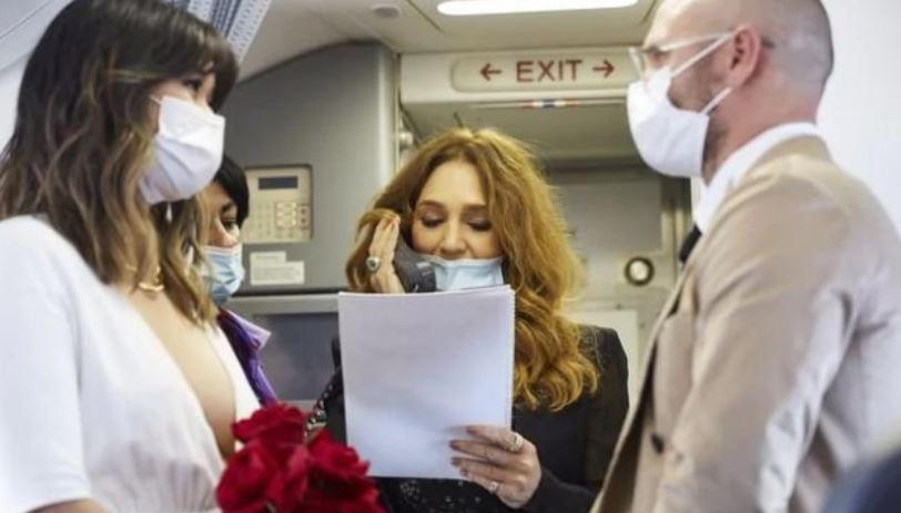 https: img.okezone.com content 2021 02 20 406 2365519 pasangan-ini-menikah-di-pesawat-pada-ketinggian-40-ribu-kaki-romantis-banget-JtRlgWIued.JPG