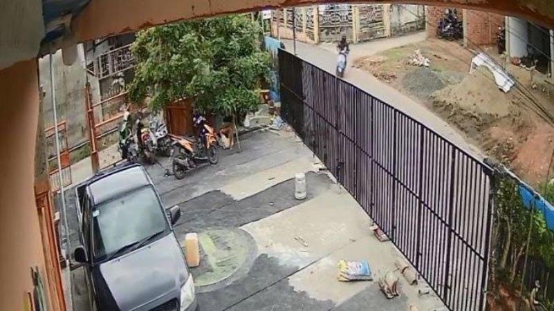 https: img.okezone.com content 2021 02 20 610 2365180 viral-rekaman-cctv-bocah-4-tahun-diculik-saat-main-di-depan-rumah-bQ1VZKVCNo.jpg