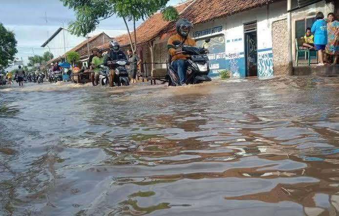 https: img.okezone.com content 2021 02 20 612 2365489 viral-korban-banjir-bersih-bersih-rumah-pakai-alat-sedot-galon-gOpPFCca96.jpeg