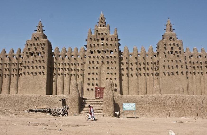 https: img.okezone.com content 2021 02 20 614 2365399 subhanallah-masjid-agung-djenne-di-afrika-barat-dibangun-gunakan-lumpur-vYUzD1mfQe.jpg