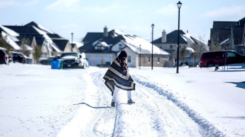 https: img.okezone.com content 2021 02 21 18 2365631 musim-dingin-ekstrem-tewaskan-puluhan-warga-usa-texas-dilanda-krisis-air-bersih-mOxMQhNCxo.jpg