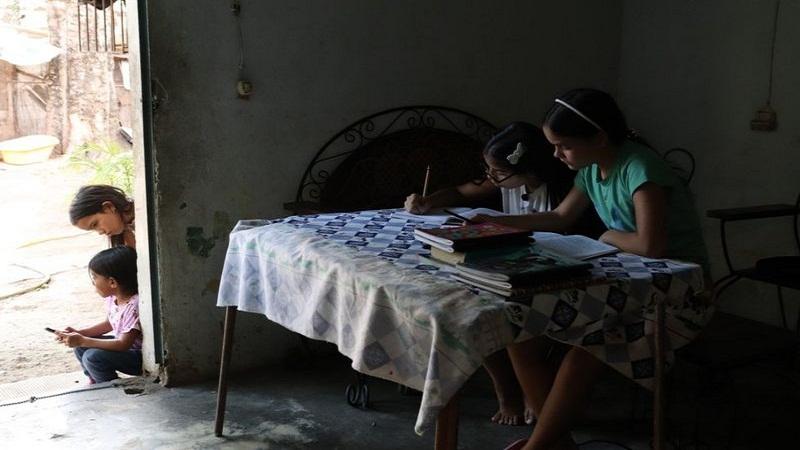 https: img.okezone.com content 2021 02 21 18 2365635 sekolah-tutup-karena-pandemi-covid-19-remaja-putri-di-venuzuela-jadi-guru-dadakan-YYP16DNBle.jpg
