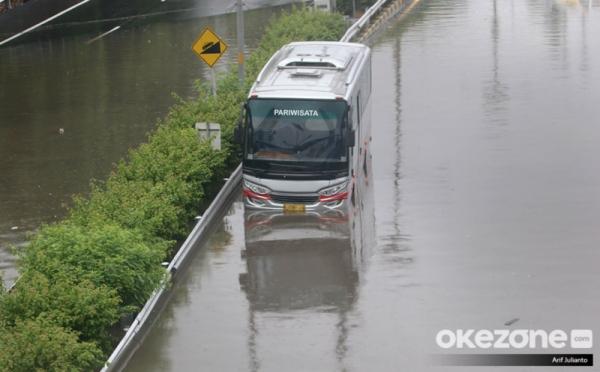 https: img.okezone.com content 2021 02 21 320 2365695 tol-japek-bisa-dilewati-tol-jakarta-tangerang-masih-tergenang-banjir-fidJDin2CD.jpg