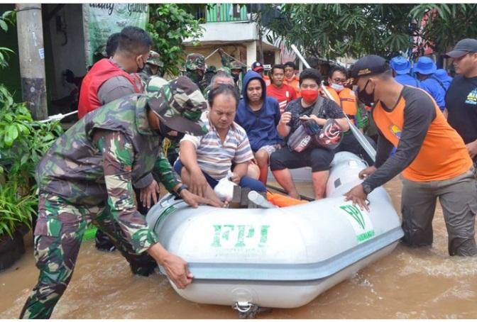 https: img.okezone.com content 2021 02 21 337 2365798 relawan-fpi-diusir-polisi-saat-bantu-korban-banjir-ini-reaksi-munarman-LMIYlT8n6N.jpg