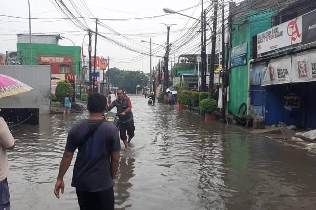 https: img.okezone.com content 2021 02 21 338 2365570 banjir-di-94-wilayah-bekasi-8-396-warga-terdampak-cGOeVgB4hR.jpg