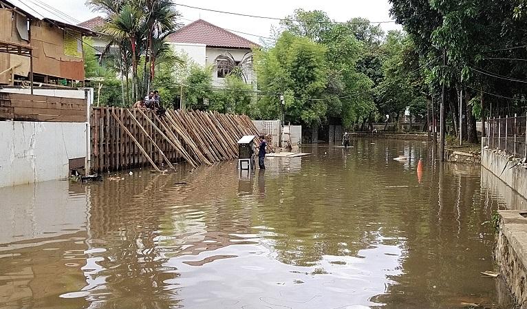 https: img.okezone.com content 2021 02 21 338 2365724 perumahan-elite-di-kemang-masih-tergenang-banjir-cXj57hOOS2.jpg