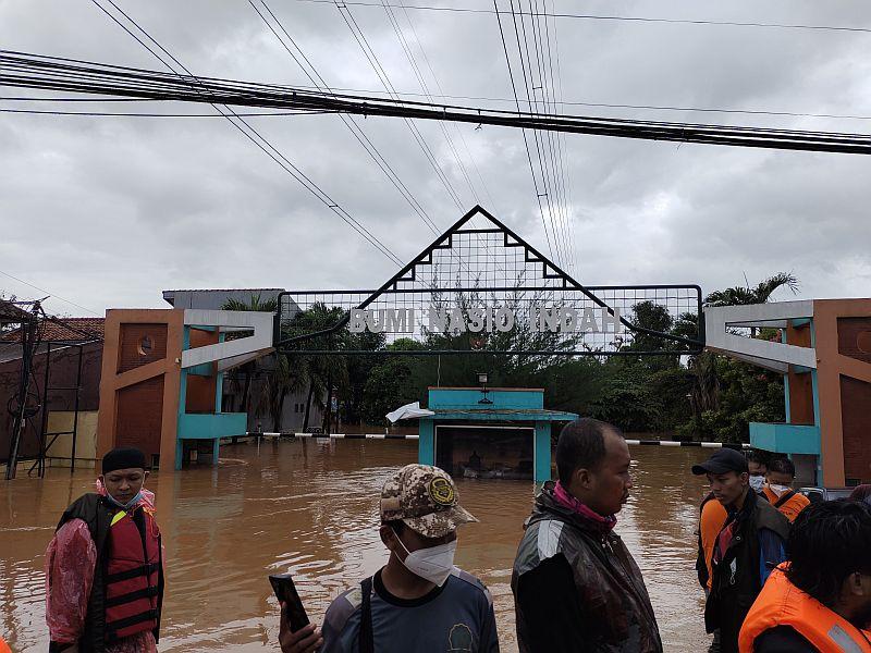 https: img.okezone.com content 2021 02 21 338 2365732 banjir-parah-3banjir-parah-3-hari-terjang-bekasi-ratusan-ribu-warga-menjerit-DcwvBnJYIm.jpg