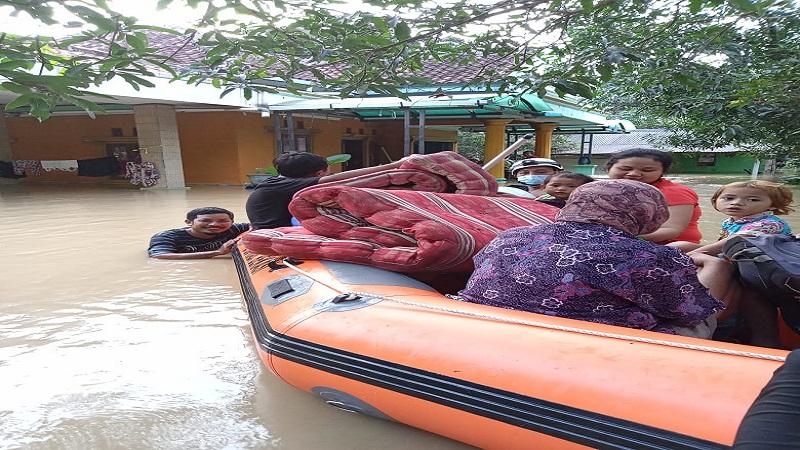 https: img.okezone.com content 2021 02 21 338 2365744 bekasi-banjir-parah-bnpb-tanggul-jebol-akibatkan-4-desa-terendam-air-setinggi-250-cm-eWYZjoh0DP.jpg