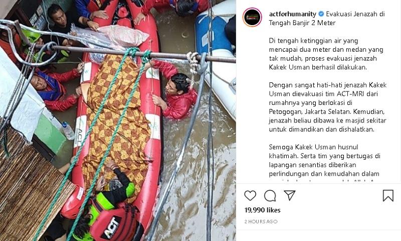 https: img.okezone.com content 2021 02 21 338 2365770 evakuasi-jenazah-kakek-usman-di-tengah-banjir-besar-berlangung-dramatis-kld9Kjajku.jpg