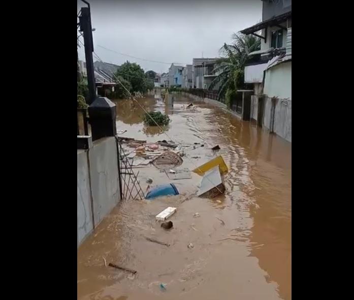 https: img.okezone.com content 2021 02 21 338 2365776 viral-detik-detik-banjir-besar-di-metland-bekasi-robohkan-tembok-warga-Ob5cEeTvZI.jpg
