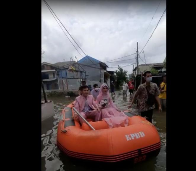 https: img.okezone.com content 2021 02 21 338 2365862 viral-dua-sejoli-ini-nikah-di-tengah-banjir-besar-eSXXrV0LtK.jpg