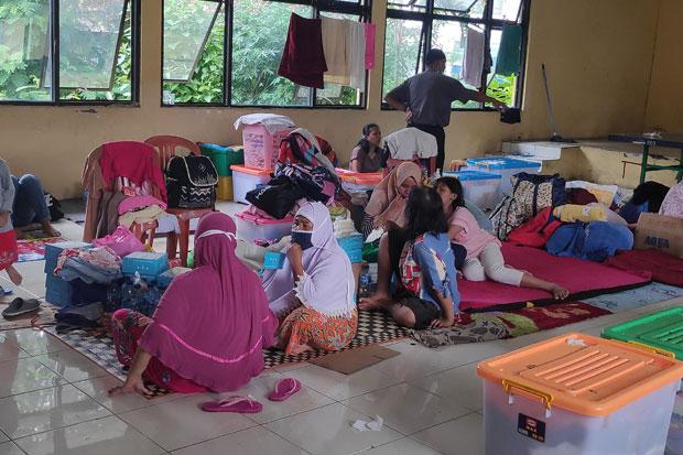 https: img.okezone.com content 2021 02 21 338 2365905 warga-korban-banjir-jakarta-butuh-bantuan-pLu9TdThYt.jpg