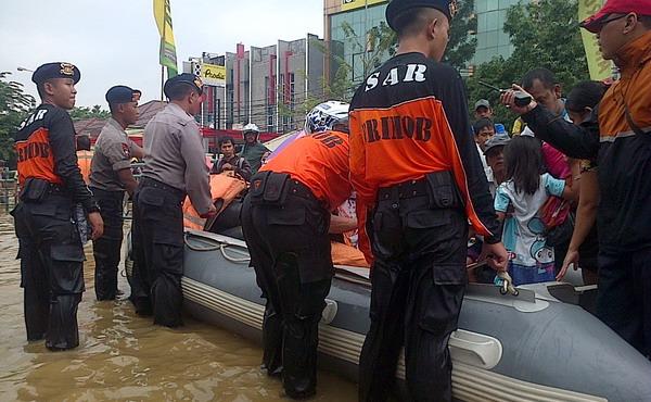 https: img.okezone.com content 2021 02 21 338 2365908 polri-terjunkan-2-576-personel-tangani-banjir-jakarta-9272TBHkq0.jpg