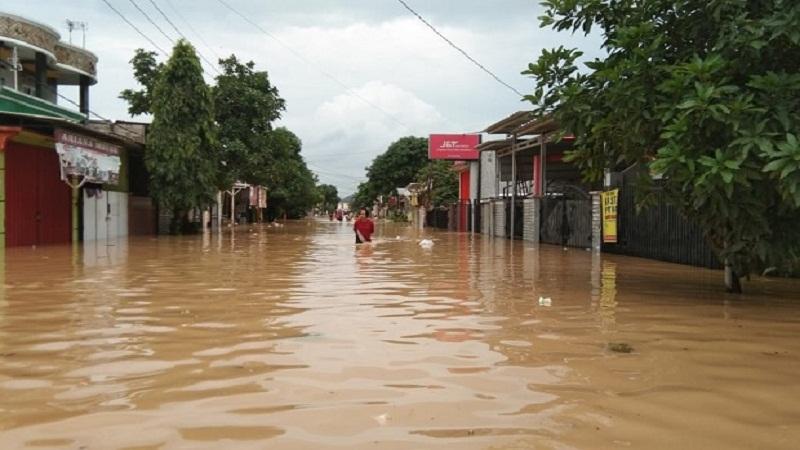 https: img.okezone.com content 2021 02 21 340 2365677 15-kecamatan-di-karawang-terendam-banjir-ribuan-orang-mengungsi-eXG92O5ff8.jpg
