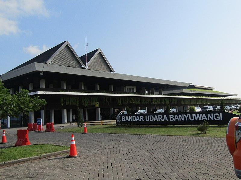 https: img.okezone.com content 2021 02 21 406 2365795 10-penerbangan-di-bandara-banyuwangi-dibatalkan-akibat-letusan-gunung-raung-AoYja80ONA.jpg