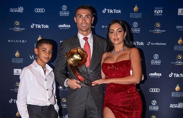 https: img.okezone.com content 2021 02 21 51 2365812 kenakan-dress-merah-intip-foto-foto-seksi-georgina-rodriguez-di-penganugerahan-globe-soccer-awards-2020-4CuiWO7kLL.jpg