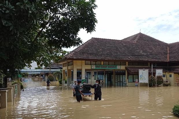 https: img.okezone.com content 2021 02 21 525 2365836 gawat-rs-islam-terendam-banjir-puluhan-pasien-covid-19-dievakuasi-U99jbJU6GG.jpg