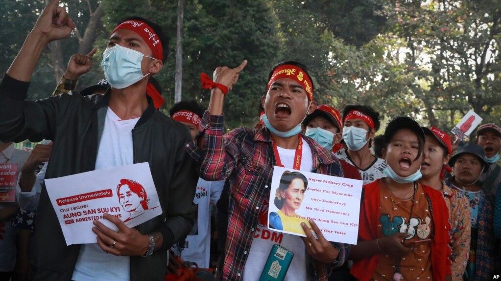 https: img.okezone.com content 2021 02 22 18 2365971 dua-demonstran-tewas-ditembak-ribuan-warga-myanmar-gelar-aksi-protes-GQpfoTlnOf.jpg