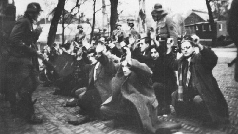 https: img.okezone.com content 2021 02 22 18 2366005 terungkap-pembantaian-orang-yahudi-di-kamar-gas-rahasia-nazi-8noHfWwsNO.jpg