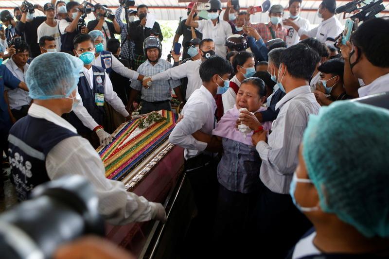 https: img.okezone.com content 2021 02 22 18 2366113 ribuan-orang-ikuti-pemakaman-demonstran-yang-tewas-ditembak-di-myanmar-QrcPLLxW84.jpg