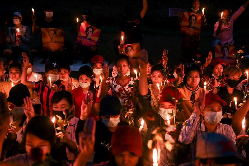 https: img.okezone.com content 2021 02 22 18 2366192 demonstran-kembali-gelar-protes-militer-myanmar-peringatkan-kematian-bisa-bertambah-DylqbRuqxB.jpg