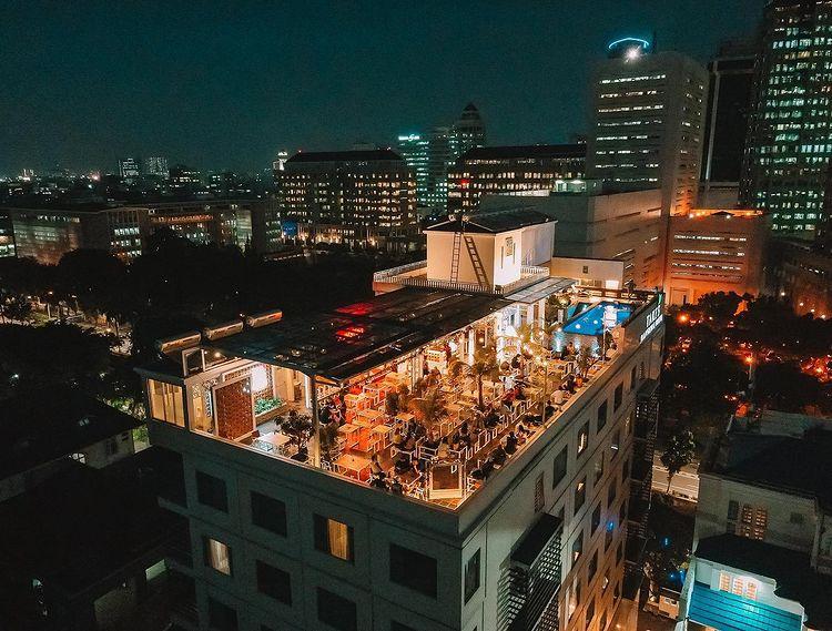 https: img.okezone.com content 2021 02 22 301 2366046 6-kafe-rooftop-asyik-buat-nongkrong-sambil-nikmati-pemandangan-kota-jakarta-cxbbUTqIly.jpg